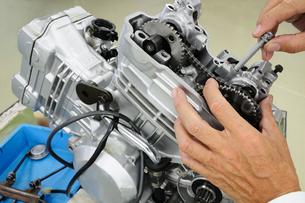 バイクエンジンの修理の素材 [FYI00387502]