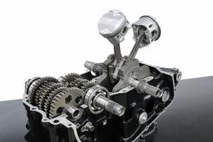 整備中のバイクのエンジンの写真素材 [FYI00387503]