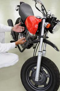 バイクの整備の写真素材 [FYI00387559]