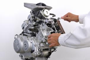 バイクエンジンの整備の写真素材 [FYI00387634]