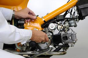 バイクの整備の写真素材 [FYI00387651]