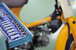 バイクの整備の写真素材 [FYI00387676]