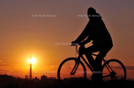夕日とサイクリングの素材 [FYI00387790]