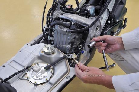 スクーターエンジンの整備の写真素材 [FYI00387822]