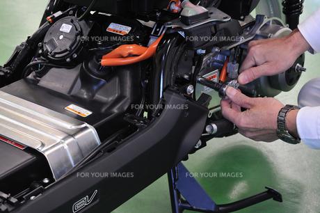 電動スクーターの整備の写真素材 [FYI00387931]