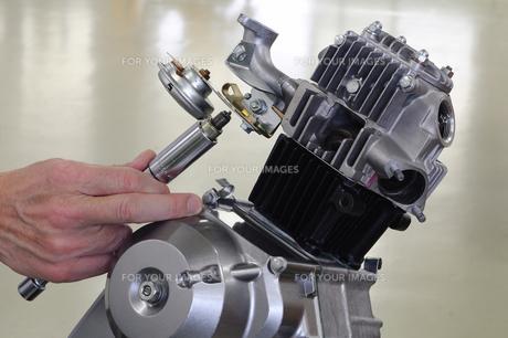 バイクエンジンのプラグ交換の写真素材 [FYI00388011]