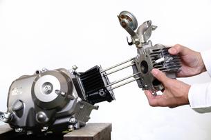バイクエンジンの分解の写真素材 [FYI00388051]
