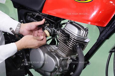 バイクのキャブレター整備の写真素材 [FYI00388074]