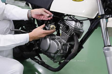 バイクの修理の写真素材 [FYI00388080]
