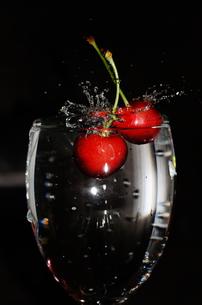 コップに飛び込んだサクランボの写真素材 [FYI00388112]