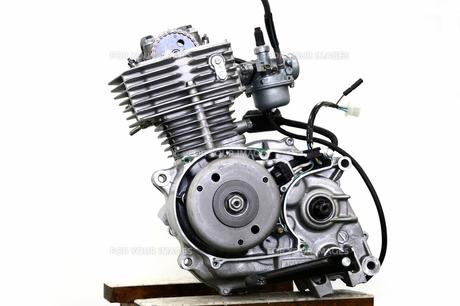 バイクのエンジン整備の写真素材 [FYI00388213]