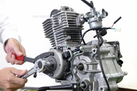 バイクのエンジン修理の写真素材 [FYI00388219]