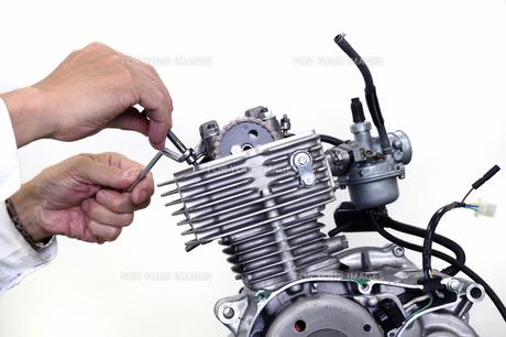 バイクのエンジン調整の写真素材 [FYI00388234]