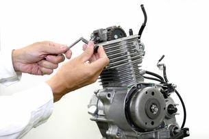 バイクエンジンのタペット調整の写真素材 [FYI00388235]