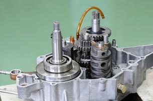 バイクエンジンの修理の写真素材 [FYI00388283]
