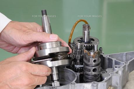 バイクエンジンの整備の写真素材 [FYI00388285]