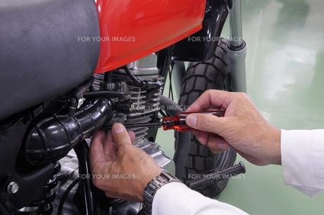 バイクの整備の写真素材 [FYI00388373]