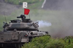 戦車の砲撃の写真素材 [FYI00388407]