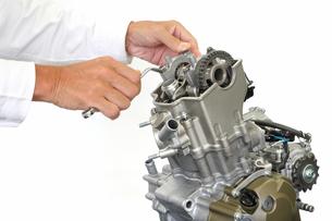 バイクエンジンの整備の写真素材 [FYI00388411]