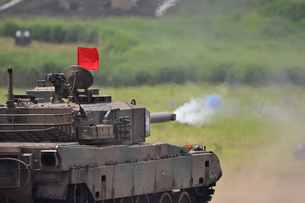 90式戦車の砲撃の写真素材 [FYI00388442]