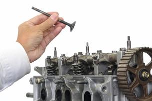 自動車エンジンの整備の写真素材 [FYI00388459]