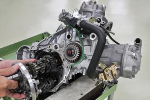 バイクエンジンの整備の写真素材 [FYI00388660]