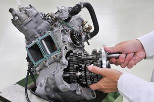 バイクエンジンの整備の写真素材 [FYI00388668]