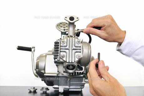 バイクエンジンの整備の写真素材 [FYI00388963]