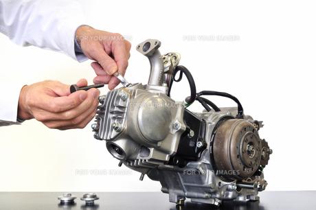 バイクエンジンの整備の写真素材 [FYI00388968]