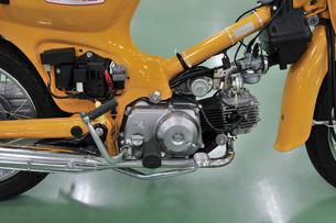 原付バイクの整備の写真素材 [FYI00388985]