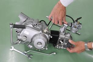 バイクエンジンの整備の写真素材 [FYI00389135]