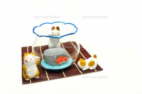 猫と金魚蜂の置物の写真素材 [FYI00389166]