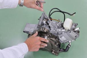 バイクエンジンの整備の写真素材 [FYI00389183]