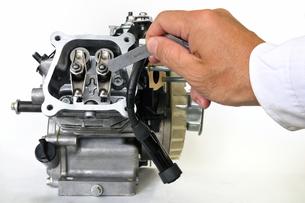 汎用エンジンの整備の写真素材 [FYI00389215]