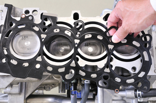 自動車エンジンの整備の写真素材 [FYI00389293]