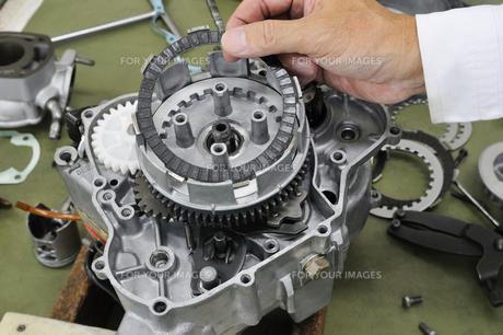 バイクエンジンの整備の写真素材 [FYI00389358]