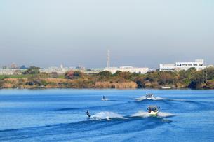 江戸川の水上スキーの写真素材 [FYI00389674]