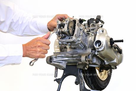 スクーターのエンジン整備の写真素材 [FYI00389682]