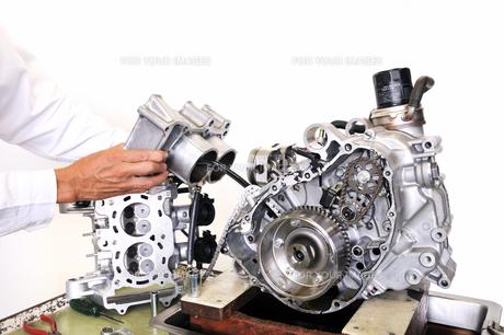 バイクエンジンの整備の写真素材 [FYI00389785]