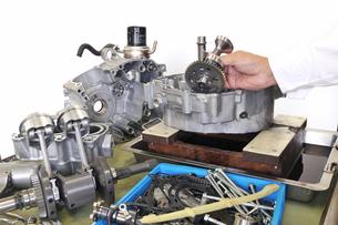 バイクエンジンの整備の素材 [FYI00389786]