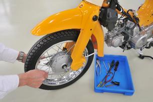 バイクの整備の写真素材 [FYI00389962]