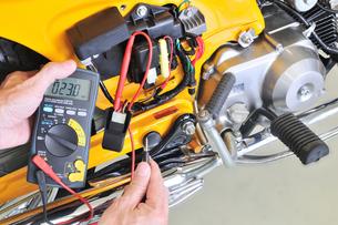 バイクの整備の写真素材 [FYI00389977]