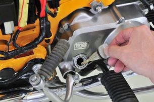 バイクのエンジンオイル点検の写真素材 [FYI00389999]