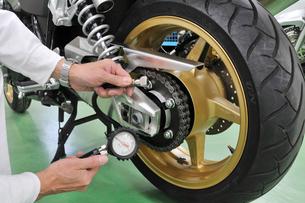 タイヤ空気圧の調整の写真素材 [FYI00390257]