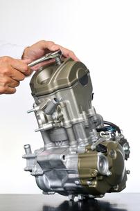 バイクエンジンの整備の写真素材 [FYI00390276]