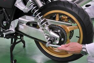 バイクの整備の写真素材 [FYI00390283]