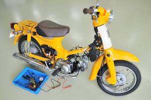 バイクの修理の写真素材 [FYI00390285]