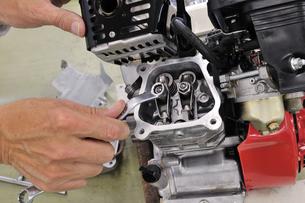 汎用エンジンの修理の写真素材 [FYI00390310]