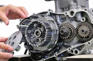 バイクエンジンの整備の写真素材 [FYI00390410]