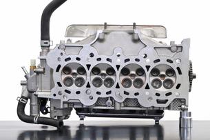 自動車エンジンのシリンダーヘッドの写真素材 [FYI00390440]